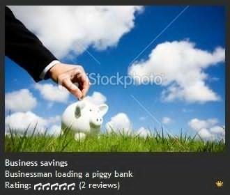 Businesss d 男人的手把硬币放在存钱罐里