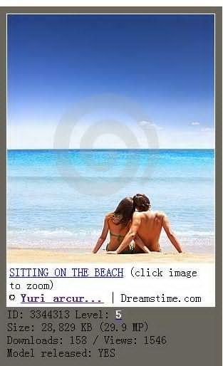 SITTING ON THE BEACH 男女坐在沙滩上,互相倚靠