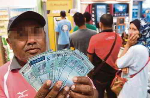 ATM检查银行账户,看看自己是否已成功拿到RM300的生活援助金?